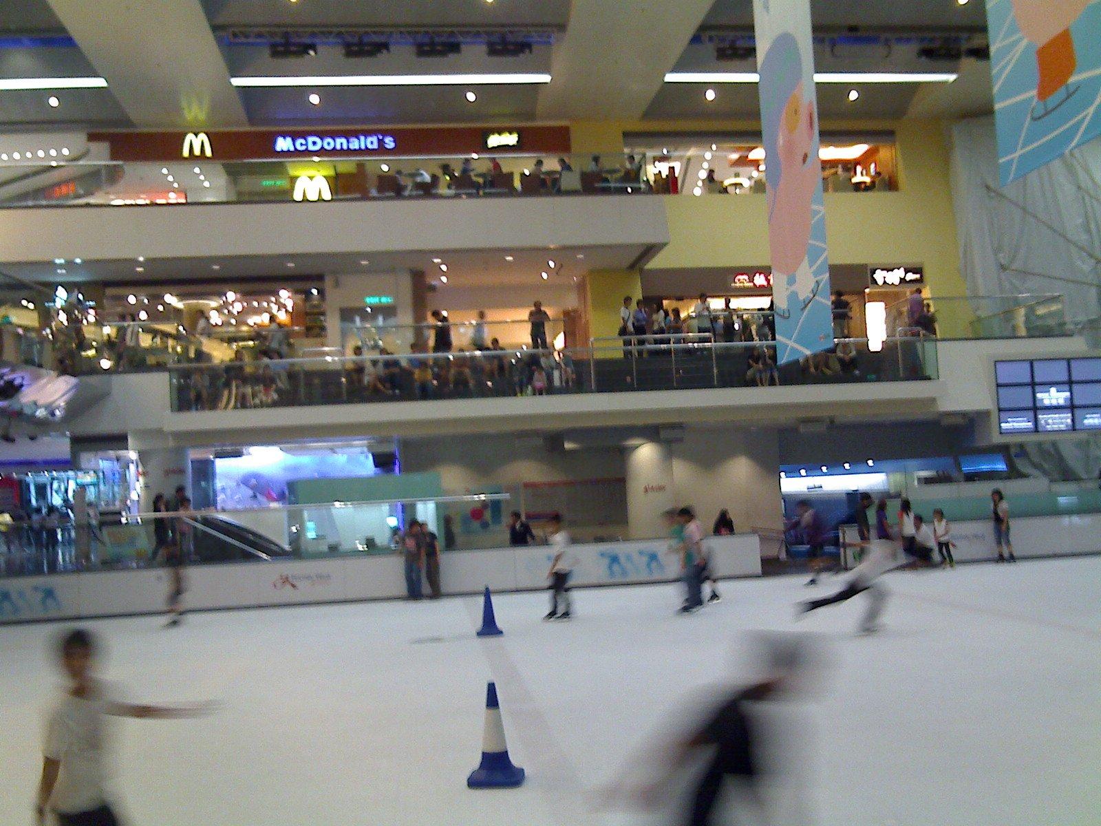 溜冰場仍有幾十人在場內溜冰